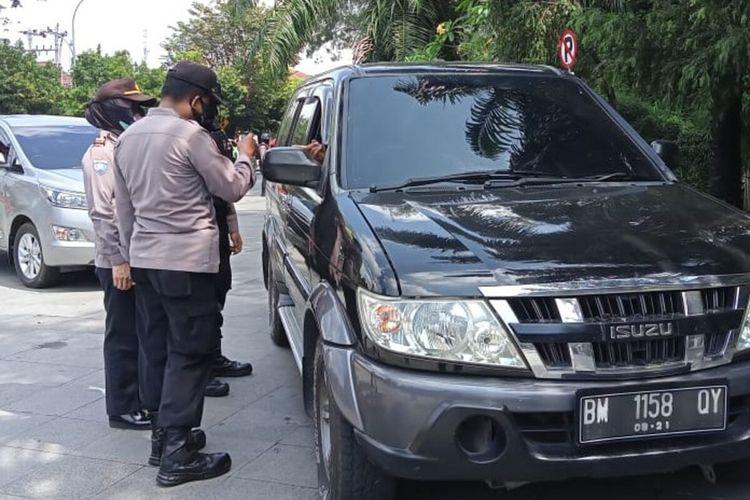 Petugas kepolisian melakukan pemeriksaan kendaraan luar daerah dalam operasi penyekatan pemudik di Kawasan Stadion Manahan Solo, Jawa Tengah, Senin (3/5/2021).