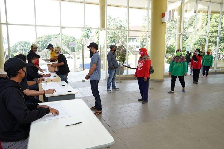 Universitas Padjadjaran membagikan paket sembako kepada masyarakat  yang ikut serta dalam mendukung pelaksanaan kegiatan kampus. Bantuan yang diberikan sejak Selasa (21/4) hingga Kamis (23/4) ini ditujukan kepada  masyarakat yang terdampak kebijakan penutupan kampus akibat pandemi Coronavirus (COVID-19).