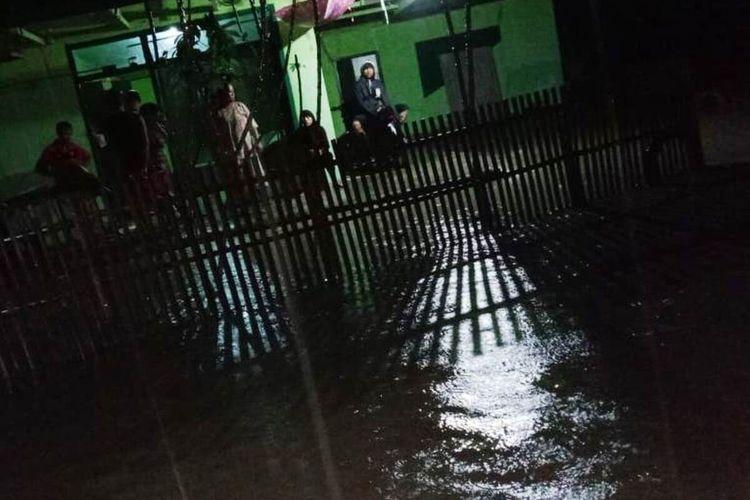 Banjir bandang kembali melanda wilayah Kecamatan Agrabinta, Kabupaten Cianjur, Jawa Barat, Selasa (20/10/2020) yang mengakibatkan 5 rumah terendam, dan longsor yang menutup akses jalan.