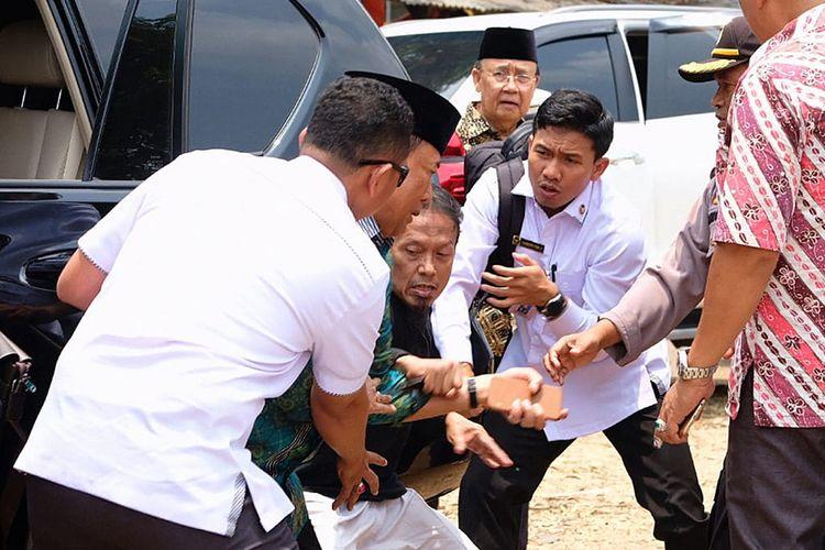 Menko Polhukam Wiranto (kedua kiri) diserang orang tak dikenal dalam kunjungannya di Pandeglang, Banten, Kamis (10/10/2019). Wiranto menderita luka dua tusukan di bagian perut dan polisi mengamankan dua tersangka suami istri Syahril dan Fitri Andriana yang diduga terpapar jaringan ISIS.