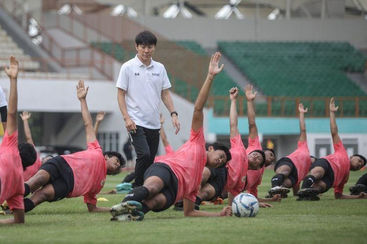 Shin Tae-yong dan para pemain timnas U-19 Indonesia yang diseleksi di Stadion Wibawa Mukti, Bekasi, Senin (13/1/2020)