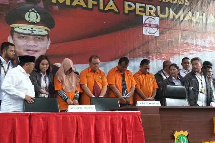 Para tersangka penipuan penjualan perumahan syariah di Polda Metro Jaya, Jakarta Selatan, Senin (16/12/2019).