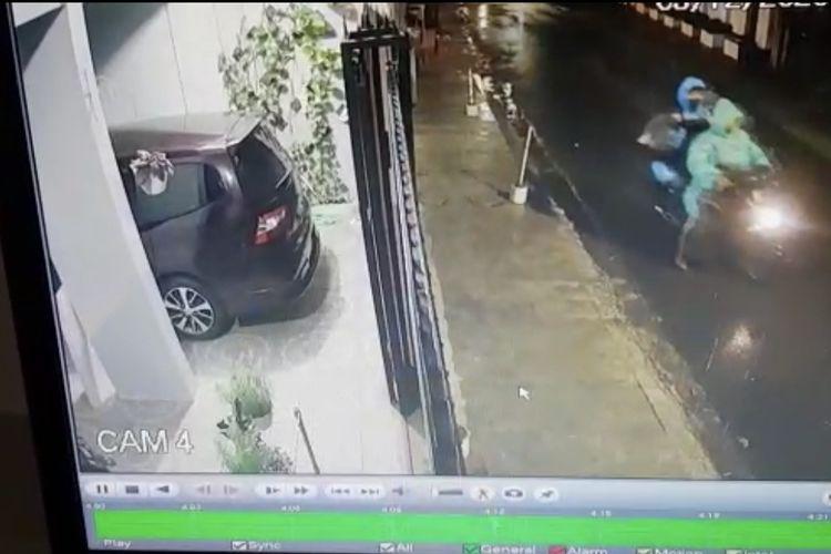 Para maling Klinik Gigi sekaligus rumah milik Rio Suryantoro di Jalan Tebet Barat Dalam 2 No 2A, Tebet, Jakarta Selatan  membawa hasil curiannya menggunakan motor.