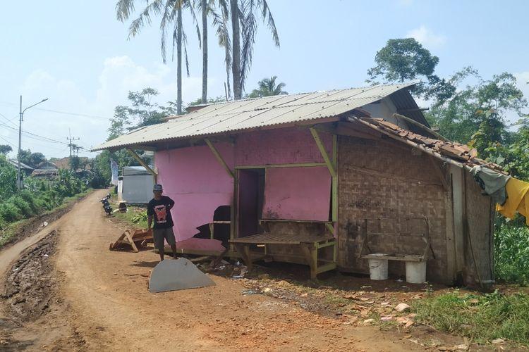 Sebuah rumah bergeser sekitar tiga meter setelah diterjang bencana angin puting di Desa Cijulang, Kecamatan Jampangtengah, Sukabumi, Jawa Barat, Kamis (23/1/2020).
