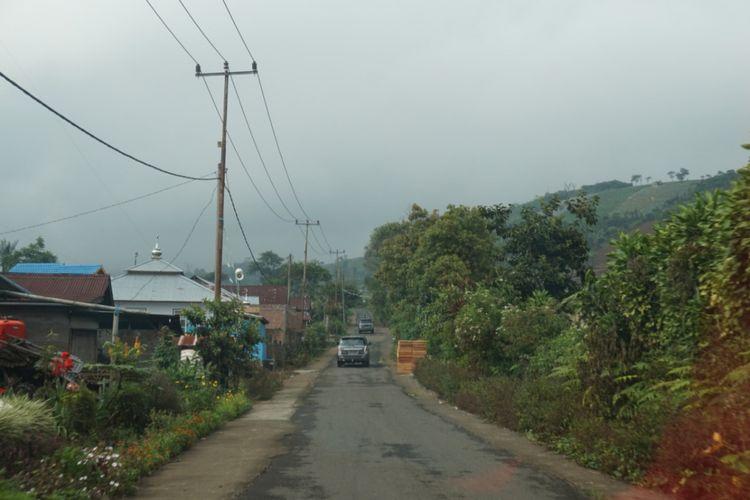 Sejak menerima dana desa pada 2015, Desa Sumber Urip sudah membangun jalan desa hingga 3.400 meter dan membantu memangkas biaya angkut hasil panen petani di sana.