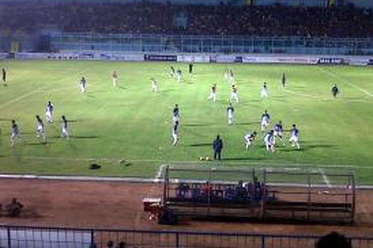 Jelang Timnas U-19 saat akan melawan Arema Cronus U-21 di Stadion Kanjuruhan, Malang, Jawa Timur.Senin (7/7/2014).
