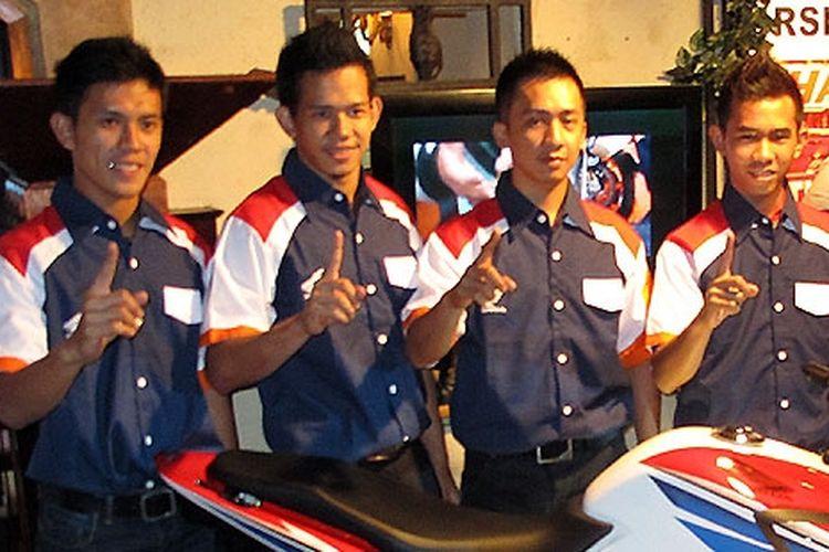 Denny Triyugo (paling kiri) bersama pebalap binaan Astra Honda Motor lainnya.
