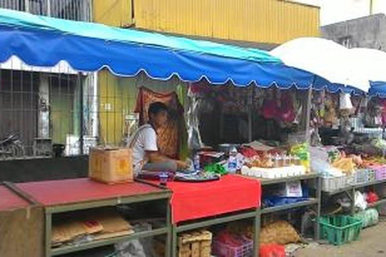 Meja besi dan tenda besi bagi PKL di luar Pasar Enjo, Pisangan Timur, Pulogadung, Jakarta Timur. PKL merasa dipaksa untuk pengadaan meja dan tenda dengan nilai jutaan rupiah itu. Jumat (13/3/2015).