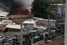 Permukiman Warga di Belakang Mangga Dua Terbakar, KRL Belum Bisa Melintas Stasiun Kampung Bandan