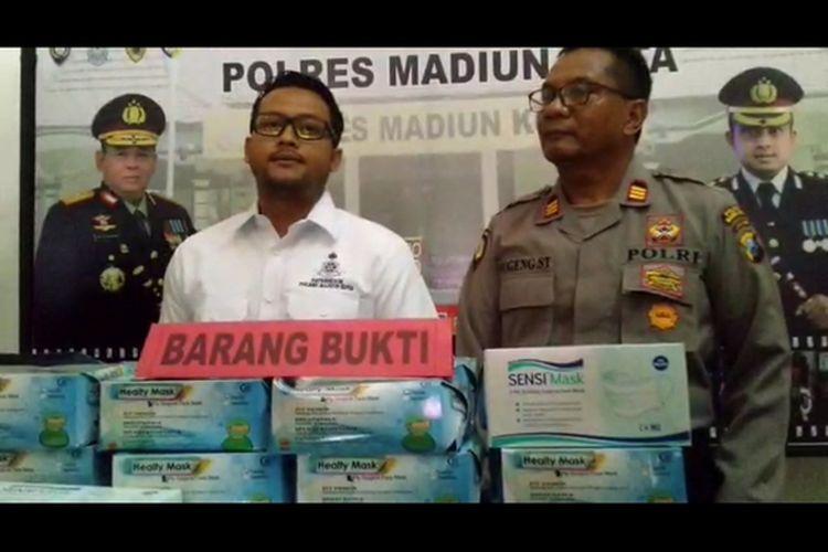BARANG BUKTI—Kasat Reskrim Polres Madiun Kota, AKP Fattah Meliana menunjukkan barang bukti ribuan masker yang disita dari tangan dua pelaku yang diduga menimbun masker di Kota Madiun, Selasa (17/3/2020).