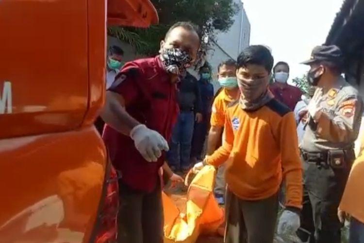 Polisi dan petugas BPBD mengevakuasi mayat tanpa identitas yang ditemukan petani di saluran irigasi, Selasa (20/10/2020)