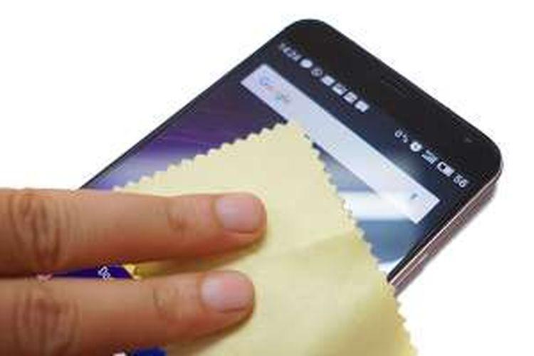 Ilustrasi membersihkan ponsel Android