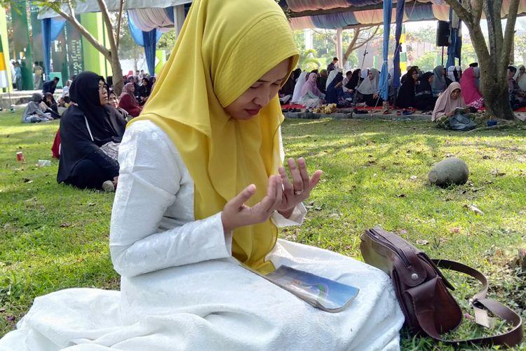 Warga melakukan doa dan zikir bersama di Makam Massal Ulhee Lheu Banda Aceh memperingati haul 14 tahun pasca bencana gempa dan tsunami Aceh. Warga Aceh juga memberikan dukungannya untuk Banten dan lampung yang mengalami bencana yang sama.******