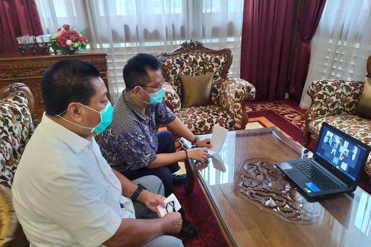 Wali Kota Magelang Sigit Widyonindito (kemeja putih) didampingi Sekda Kota Magelang Joko Budiyono saat jumpa pers online dengan wartawan, Sabtu (28/3/2020).