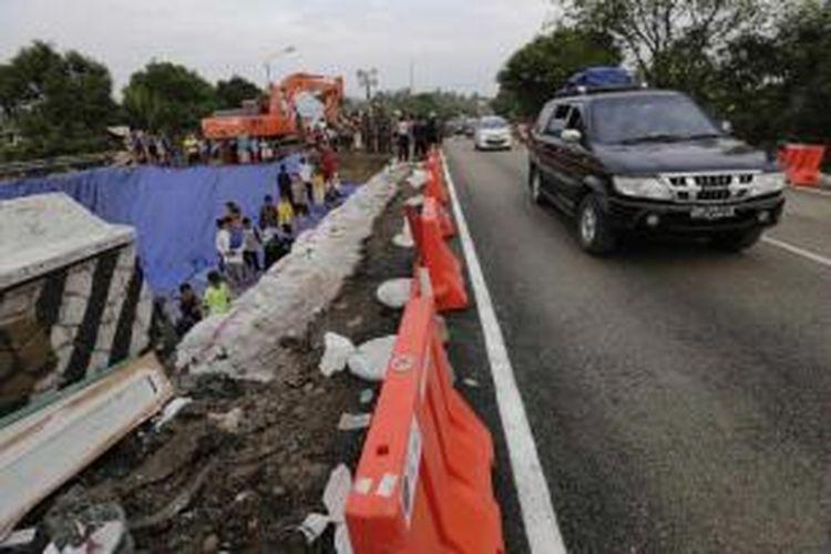 Warga menyaksikan dibukanya kembali Jembatan Comal Pantura, Pemalang, Jawa Tengah, di jalur barat ke timur, Kamis (24/7/2014). Lalu lintas untuk jalur timur ke barat masih diarahkan ke jalan alternatif, karena sisi jembatan selatan masih belum selesai diperbaiki.