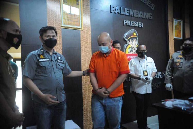 Tersangka JT saat dihadirkan dalam gelar perkara terkait kasus penganiayaan seorang perawat di Rumah Sakit Siloam Sriwijaya Palembang berinisial CRS,Sabtu (17/4/2021).