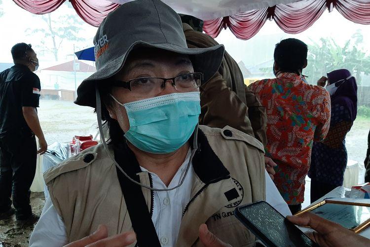 Kepala Balai Taman Nasional Gunung Merapi (TNGM), Pujiati saat menemui wartawan di Barak Pengungsian Glagaharjo, Cangkringan, Sleman.
