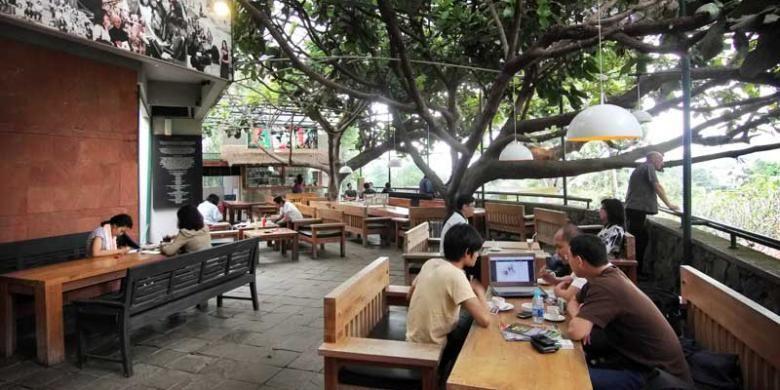 Selasar Kopi terletak di dalam Selasar Sunaryo Art Space, Dago, Bandung.