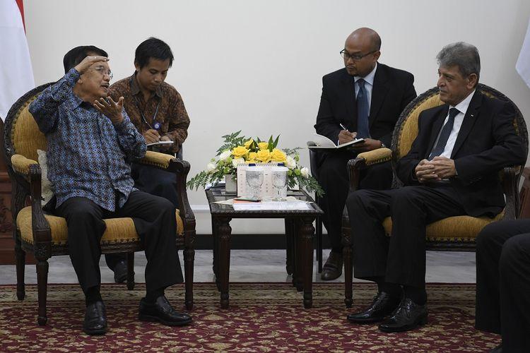 Wakil Presiden Jusuf Kalla (kiri) berbincang dengan Duta Besar Palestina untuk Indonesia  Zuhair Al Shun (kanan) di Kantor Wakil Presiden, Jakarta, Kamis (28/2/2019). Pertemuan tersebut membahas dimulainya penghapusan tarif masuk untuk produk kurma dan minyak zaitun asal Palestina. ANTARA FOTO/Puspa Perwitasari/foc.