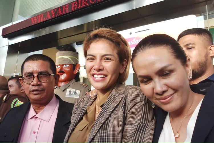Tersangka Nikita Mirzani (tengah), kuasa hukum Fahmi Bachmid (kiri) dan sahabatnya Fitri Salhuteru (kanan) saat ditemui di Kejaksaan Negeri Jakarta Selatan, Senin (4/2/2020).