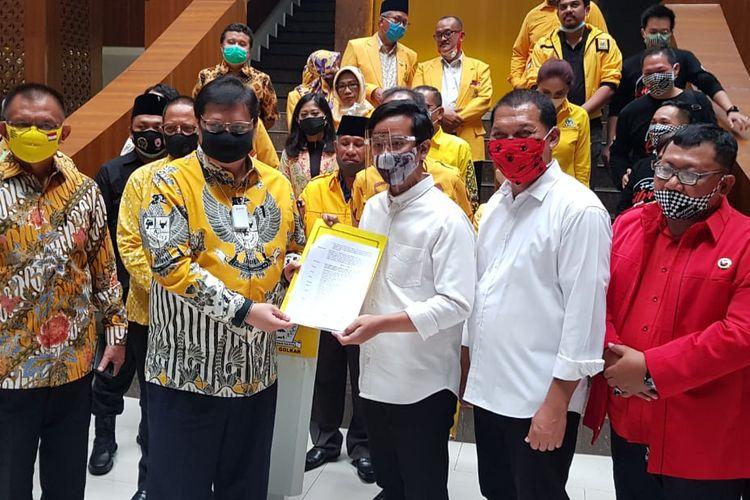 Ketua Umum Partai Golkar Airlangga Hartarto menyerahkan surat rekomendasi kepada Gibran Rakabuming Raka dan Teguh Prakosa untuk Pilkada Solo, di kantor DPP Golkar, Jl Anggrek Neli Murni, Jakarta, Rabu (12/8/2020).