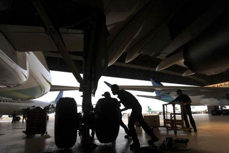 Teknisi melakukan perawatan pesawat di Garuda Maintenance Facility (GMF) Aero Asia, Tangerang, Banten, Kamis (13/8/2015).
