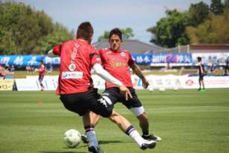 Irfan Bachdim berlatih bersama Consadole Sapporo pada pertengahan Mei 2016 lalu.