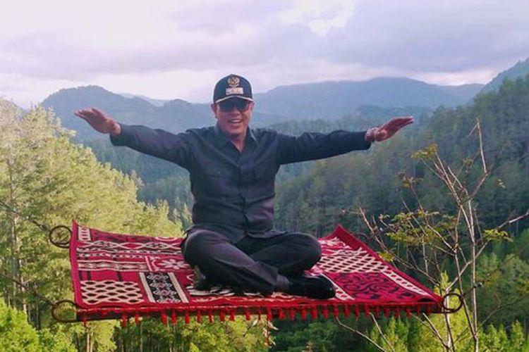 Bupati Gayo Lues HM Amru ikut menikmati sensasi permadani terbang di Burni Telege, objek wisata yang sedang viral di Takengon, Aceh Tengah.