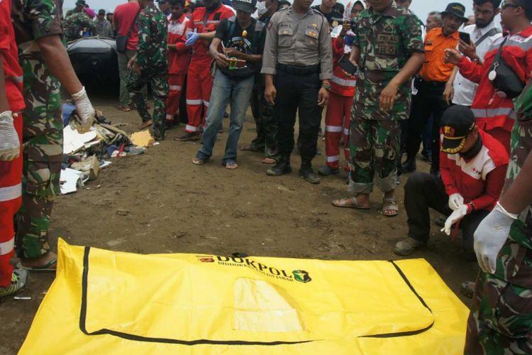 Potongan tubuh, barang-barang penumpang dan serpihan pesawat kembali ditemukan tim gabungan di lokasi jatuhnya pesawat Lion Air JT 610 di Pantai Tanjungpakis, Desa Tanjungpakis, Kecamatan Pakisjaya, Kabupaten Karawang, Jawa Barat, Selasa (30/10/2018).