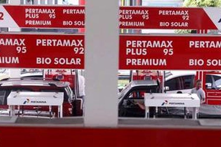 Aktivitas pengisian bahan bakar minyak (BBM) di Stasiun Pengisian Bahan Bakar Umum (SPBU) 34-10206, Jakarta.