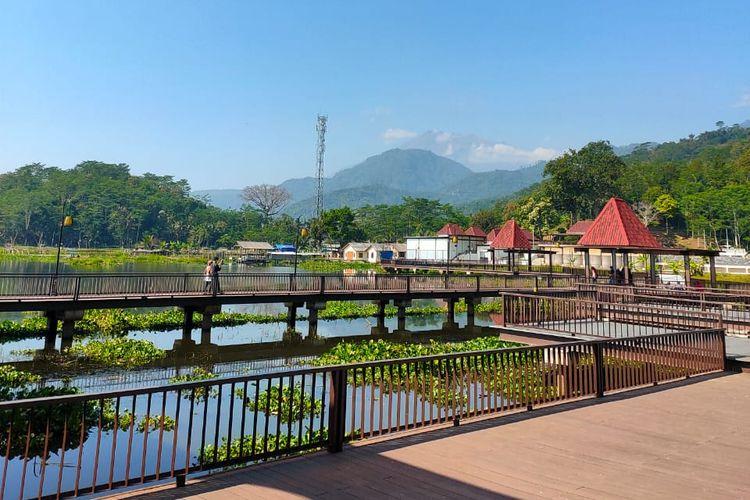 Pemandangan di Bukit Cinta Rawa Pening, Ambarawa, Kabupaten Semarang, Jawa Tengah.