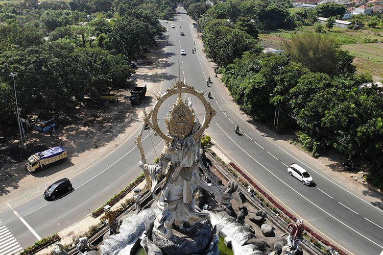 Sejumlah pengendara melintas di jalan Ida Bagus Mantra saat hari pertama penerapan Pembatasan Kegiatan Masyarakat (PKM) di kawasan taman Titi Banda, Denpasar, Bali, Jumat (15/5/2020). Kota Denpasar menerapkan PKM selama satu bulan dengan mendirikan 10 pos pantau terutama di perbatasan kota untuk mengawasi aktivitas warga tanpa tujuan jelas dan melanggar protokol kesehatan termasuk melanggar larangan mudik dalam upaya menghentikan penyebaran wabah COVID-19.