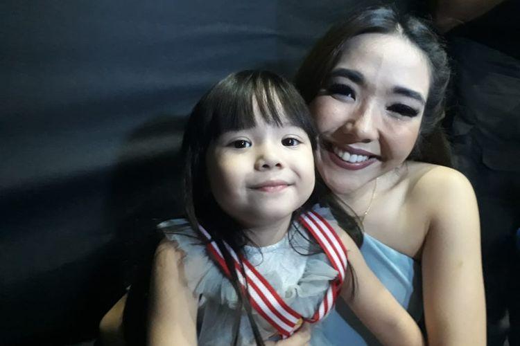 Gisel dan anaknya Gempi saat ditemui di kawasan Senayan, Jakarta Pusat, Minggu (23/6/2019).