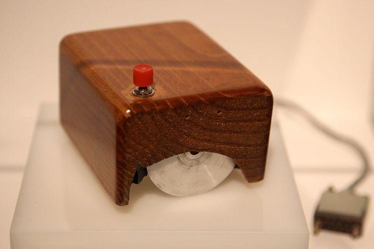 Mouse komputer pertama yang ditemukan Douglas Engelbart. Dinamai mouse karena disebut mirip tikus dan ekornya.