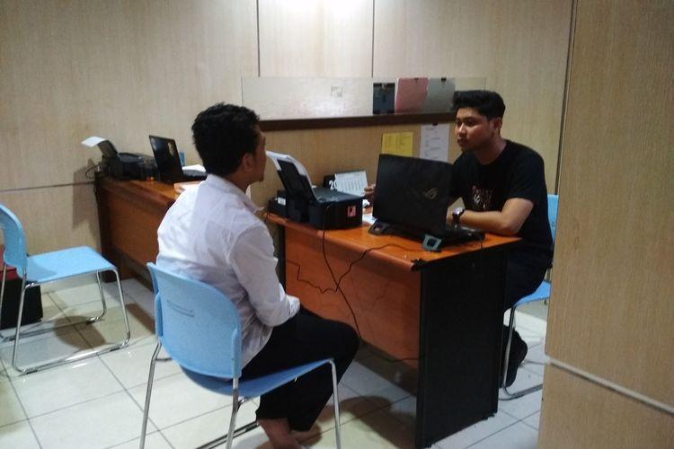 Salah satu joki CPNS di Makassar FA (23) saat diinterogasi penyidik di Polrestabes Makassar, Selasa (4/2/2020).