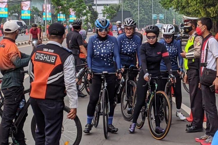 Rombongan pesepeda road bike terlihat tidak menggunakan masker saat melintas di Jalan Layang Non Tol (JLNT) Kampung Melayu-Tanah Abang, Minggu (6/6/2021)