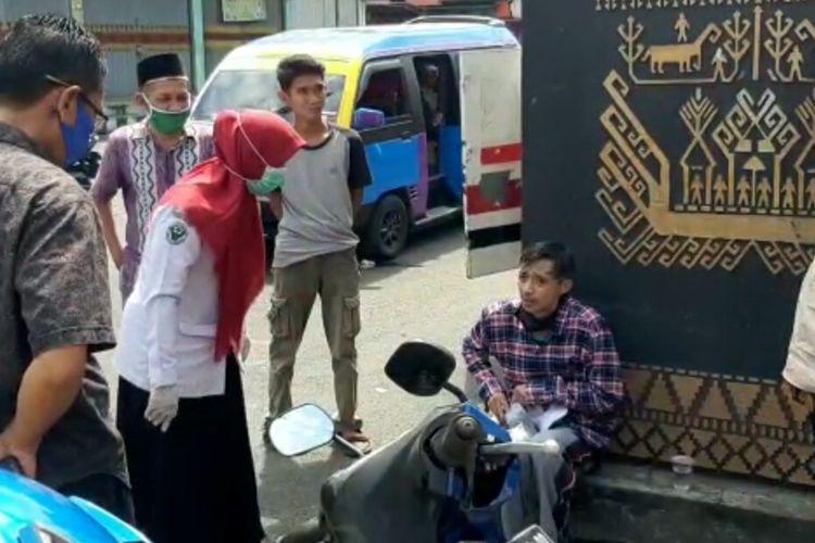 Pemuda berinisial HS yang hampir pingsan dan mengalami demam saat berbelanja di Mal Ramayana, Bandar Lampung, Sabtu (23/5/2020). (FOTO: istimewa)