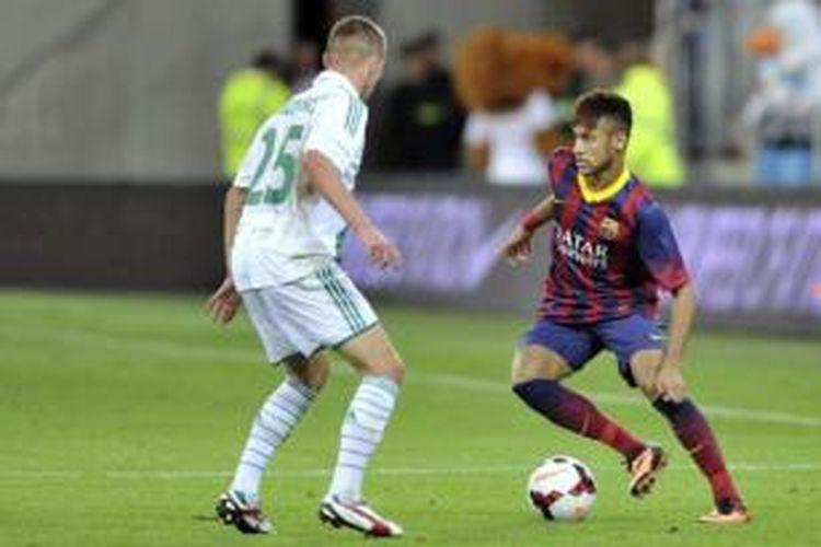 Neymar melakoni debutnya bersama Barcelona saat melawan Lechia Gdanks di PGE Arena, Selasa (30/7/2013).