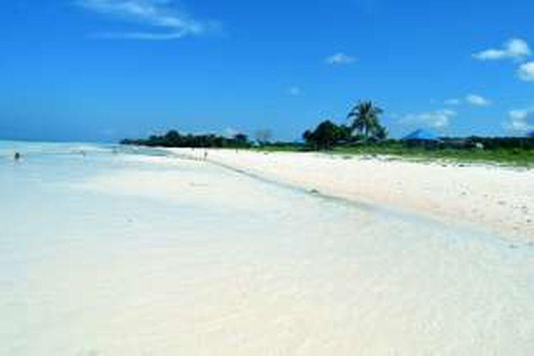 Pantai Mutiara di Desa Gumanano, Kecamatan Mawasangka, Kabupaten Buton Tengah, Sulawesi Tenggara merupakan pantai yang indah, pasir putih dan laut yang biru. Pantai ini menjadi andalan bagi warga desa di sekitarnya untuk berakhir pekan.