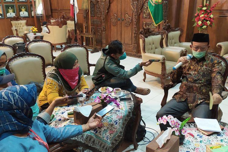 Bupati Banyumas Achmad Husein memberikan keterangan kepada wartawan di Purwokerto, Kabupaten Banyumas, Jawa Tengah, Senin (16/3/2020).