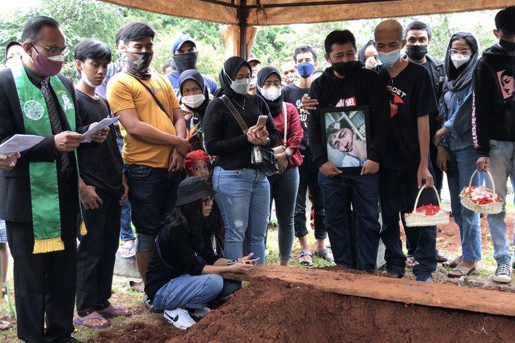 Taman Pemakaman Umum (TPU) Menteng Pulo II Blok A2, Setiabudi, Jakarta Selatan dipenuhi keluarga, teman, dan sahabat dari Petra Eka Suhendar (25) pada Selasa (14/2/2021). Petra merupakan salah satu korban tewas akibat kebakaran Lembaga Pemasyarakatan (Lapas) Kelas 1 Tangerang.