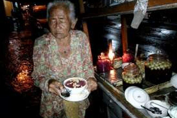 Paiyem Karsowiyono saat meladeni pembeli Wedang Ronde di jalan Kauman, Kota Yogyakarta