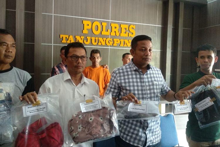 Saudi (44), warga Tanjungpinang yang sempat buron, akhirnya berhasil diamankan personil Satreskrim Polres Tanjungpinang. Pria yang kesehariannya tidak memiliki pekerjaan tetap ini ditangkap setelah dirinya dilaporkan SW (36), mantan istri sirih tersangka dengan tuduhan pemerkosaan.