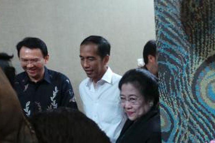 Gubernur DKI Jakarta Joko Widodo (tengah) bersama mantan Presiden RI Megawati Soekarnoputri (kanan) dan Wakil Gubernur DKI Jakarta Basuki Tjahaja Purnama dalam jamuan makan malam yang diselenggarakan di kediaman Basuki, di Pantai Mutiara, Jakarta, Rabu (25/12/2013).
