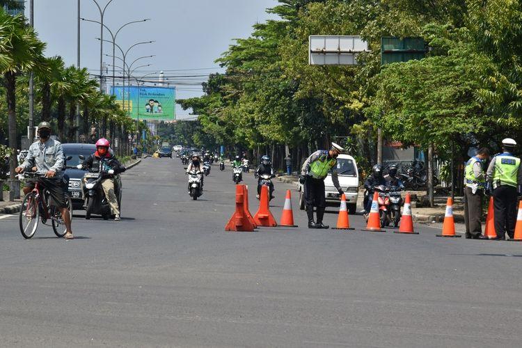 Satlantas Polrestabes Bandung tengah melakukan penutupan jalan Buah Batu Kota Bandung, Rabu (29/4/2020). Penutupan yang merupakan hasil evaluasi Pembatasan Sosial Berskala Besar (PSBB) ini diharapkan dapat menekan aktivitas warga selama PSBB ini.