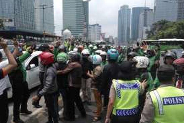 Suasana di Depan Gedung Graha Merah Putih Jalan Gatot Soebroto, Jakarta Selatan saat terjadi bentrok antara supir taksi dengan sejumlah pengemudi Gojek pada, Selasa (22/3/2016).