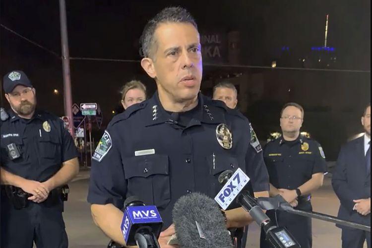 Foto dari Departemen Kepolisian Austin menunjukkan kepala polisi interim Austin, Joseph Chacon, memberikan keterangan dalam konferensi pers mengenai penembakan di Austin, Texas, pada Sabtu dini hari (12/6/2021). Sebanyak 13 orang terluka dalam penembakan ini.