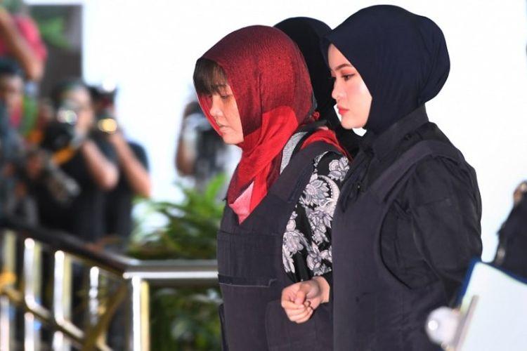 Doan Thi Huong (dua dari kiri) dikawal oleh polisi Malaysia masuk ke gedung Pengadilan Tinggi Shah Alam, Malaysia, pada Kamis (14/3/2019). (AFP/MOHD RASFAN)