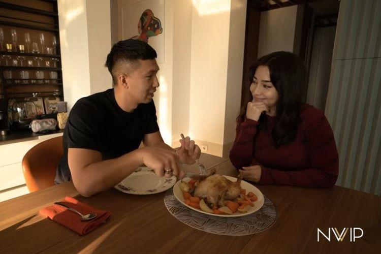 Pengusaha Indra Priawan (kanan) mencicipi roasted chicken yang dimasak istrinya, artis peran Nikita Willy.