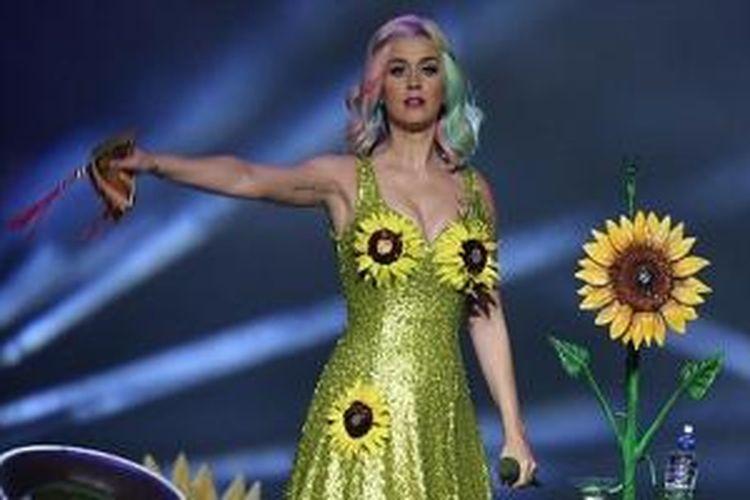 Aksen bunga matahari yang menempel di bagian dada serta kaki menambah keunikan kostum Perry yang dikenakan.
